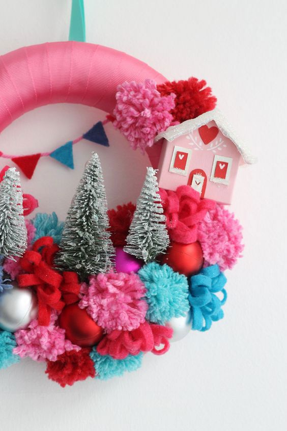 Guirlanda com tecido colorido, casinha e árvores brancas de Natal