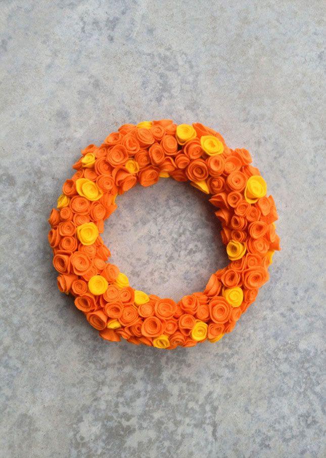 Modelo diferente com flores de tecido laranja e amarela