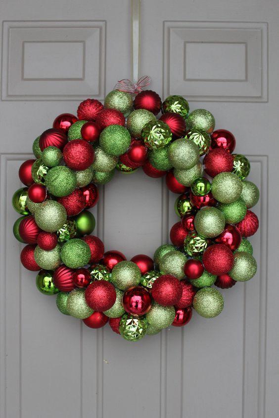 Uma combinação vibrante para uma porta branca: bolas verdes e vermelhas