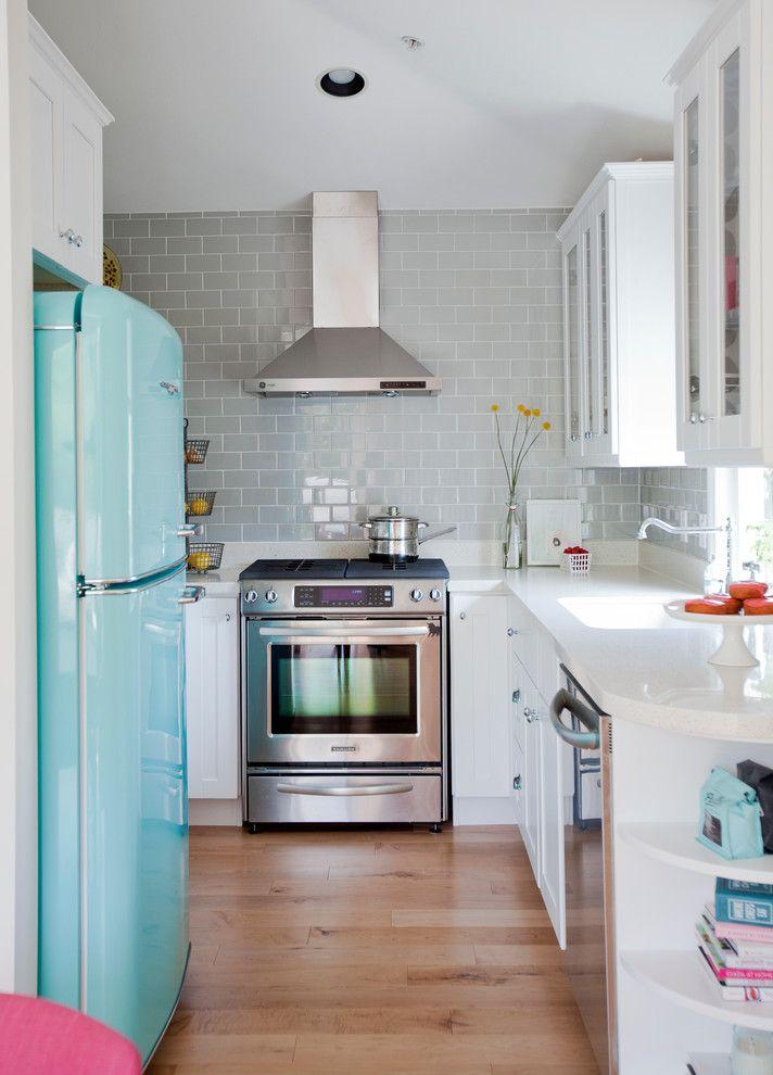 Geladeira verde claro em cozinha branca