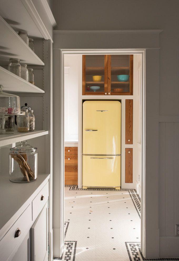 Proposta de cozinha com geladeira amarela