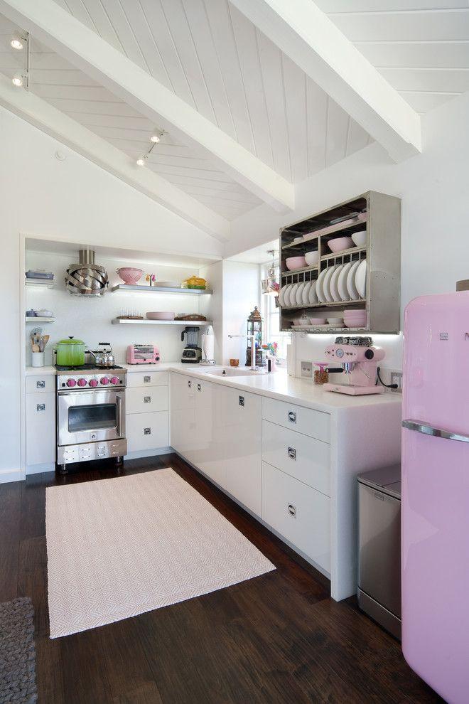 Cozinha com linda geladeira retrô rosa claro
