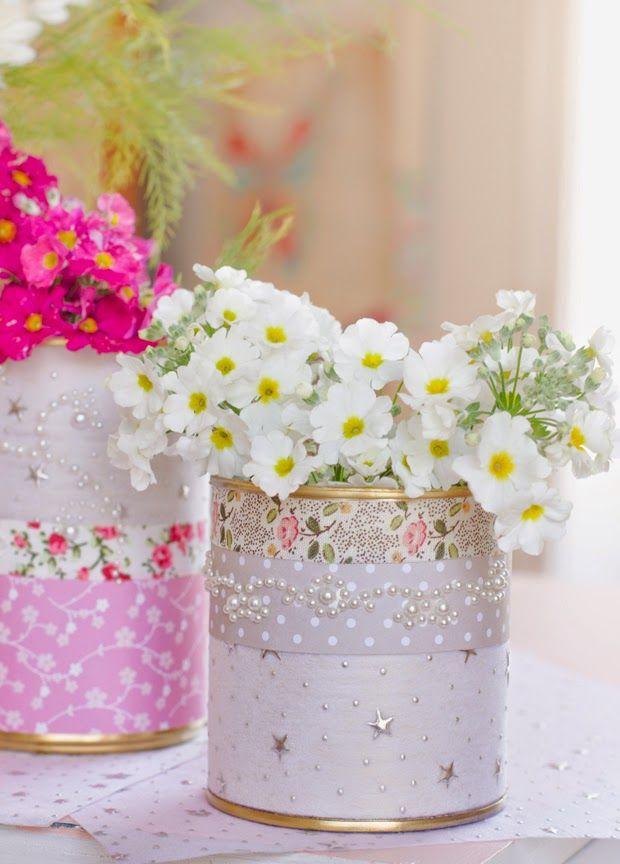 Com criatividade é possível transformar as latas usadas em lindos vasos de flores.