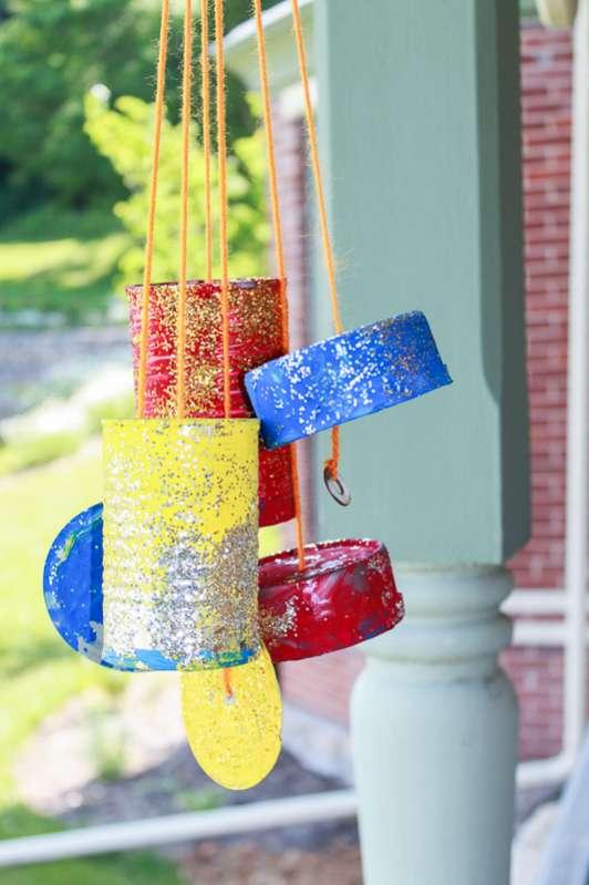 Latas com glitter também transformam-se em pêndulos.