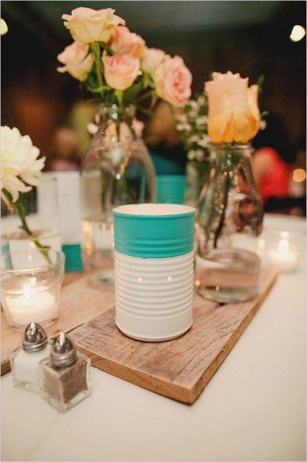 Mescle arranjos de flores com porta-velas no centro de mesa.