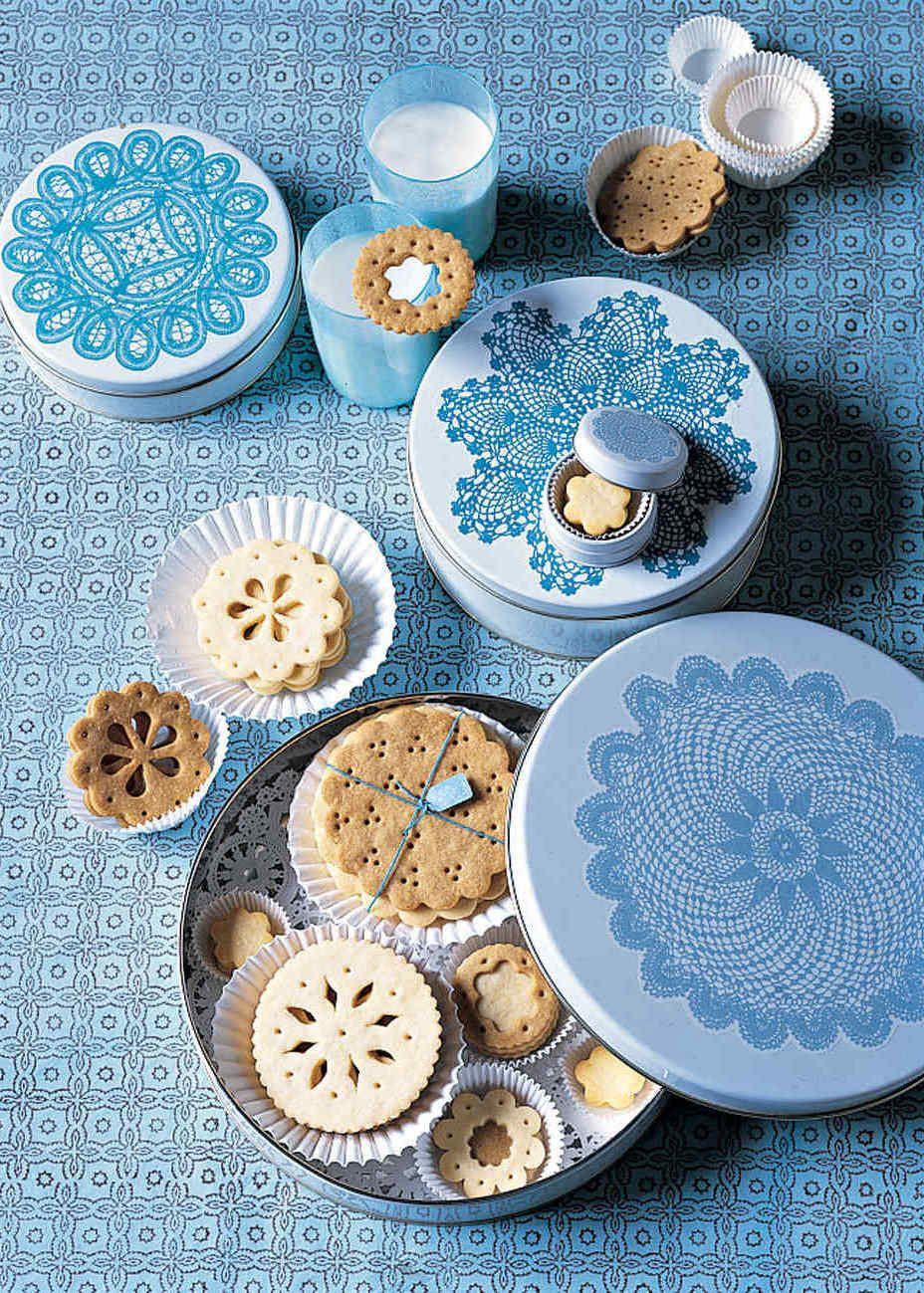 Dê de presente biscoitos frescos com latas adesivadas nas tampas.