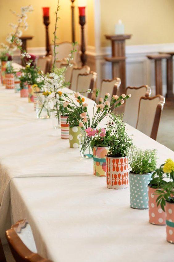 Vasos estampados por toda a mesa comunitária.
