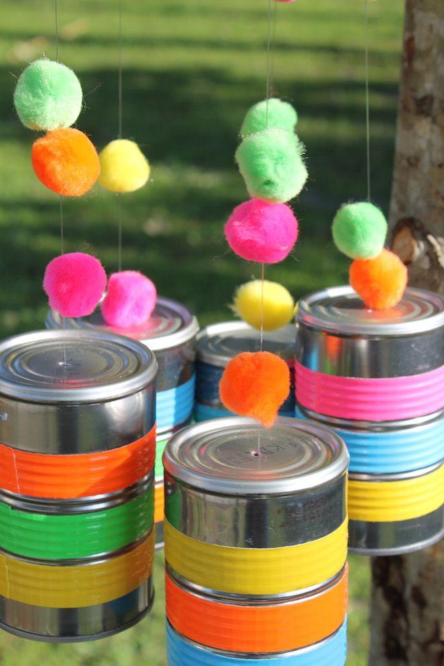 Decoração suspensa com adesivos multicolor.