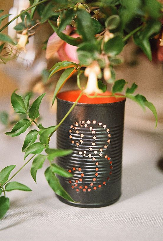 Faça pequenos furos para deixar a luz das velas refletir no ambiente.