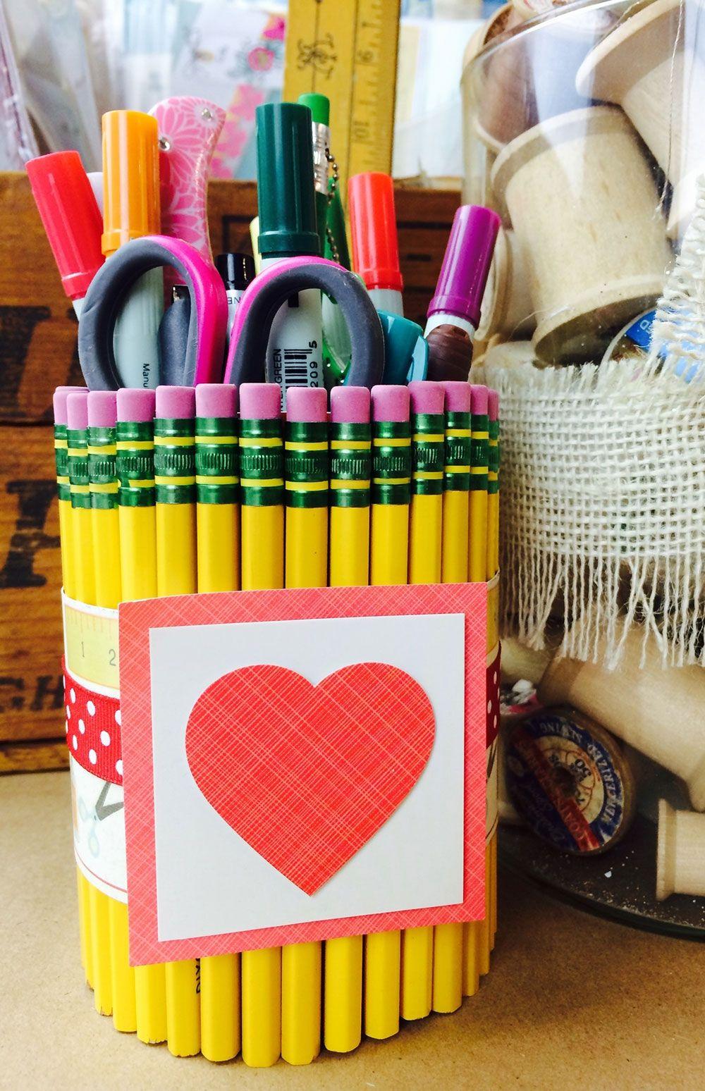 Todo coberto de lápis.
