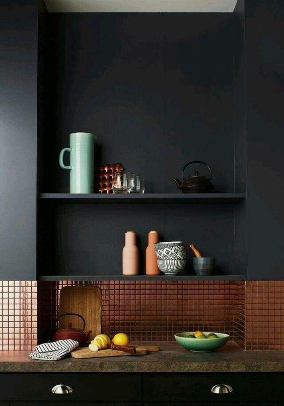 Contraste de cores e revestimentos na parede.