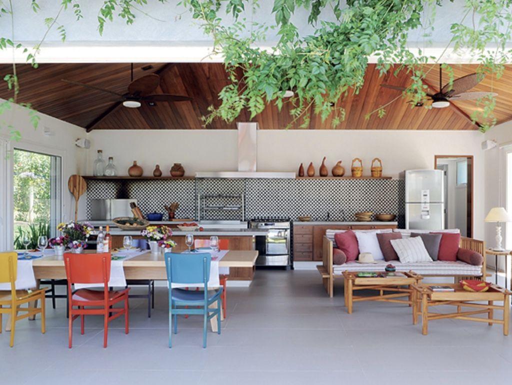 A composição de cadeiras coloridas é bem-vinda na proposta da área gourmet