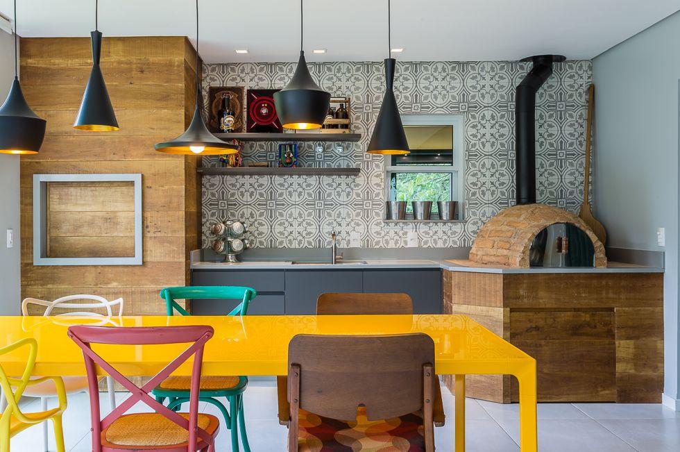 Para quebrar a monotonia do ambiente, procure um mobiliário de destaque
