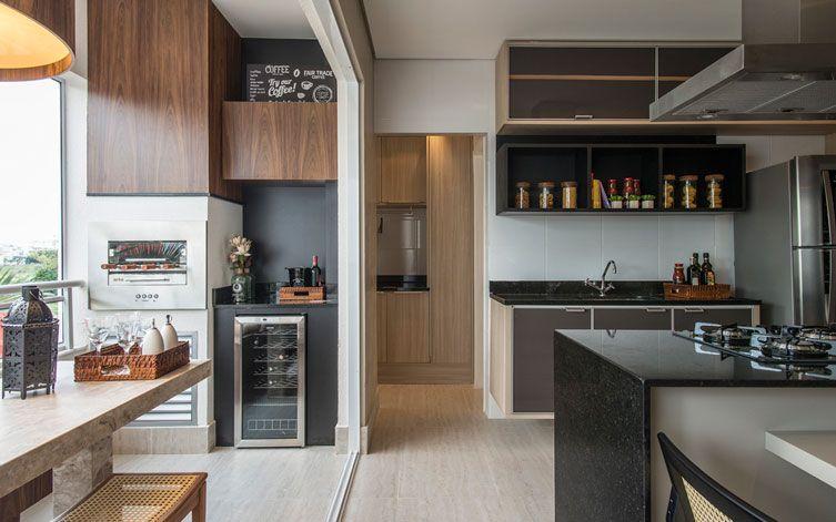 Para manter os ambientes integrados, escolha pelo nivelamento do piso entre a varanda e a sala