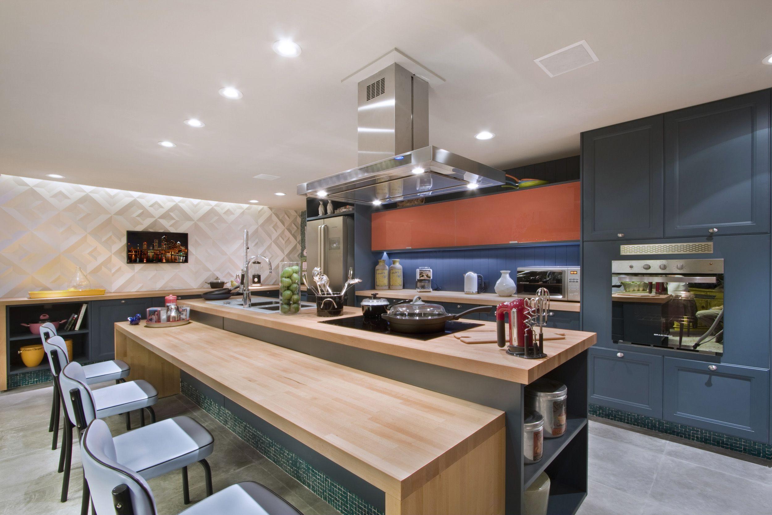 A marcenaria colorida é uma ótima aposta para o espaço gourmet