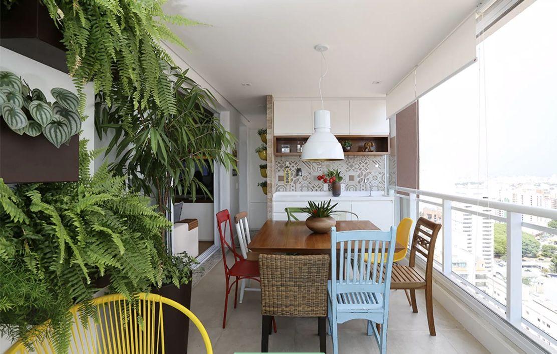 Aposte nos vasos de plantas e no mix de cadeiras nas varandas