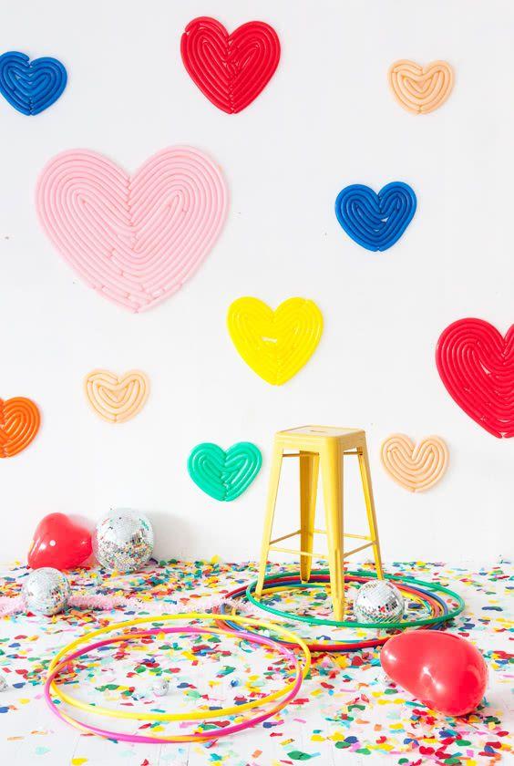 Decoração com balões de coração: forme o desenho com o modelo palito em diversos tamanhos.