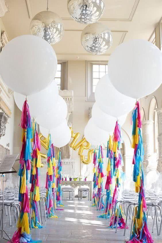 Que tal formar um corredor incrível de balões de hélio gigantes?
