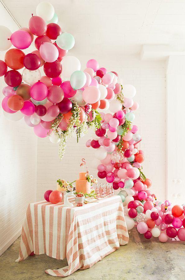 Decoração com balões em cascata com folhas misturadas