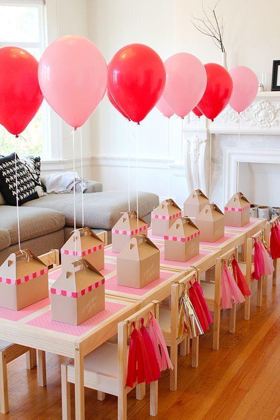 Abra o apetite dos convidados pendurando balões de hélio nos kits