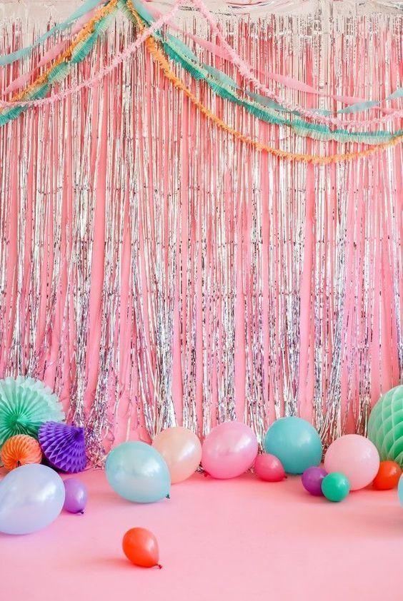 """Bexigas de vários tamanhos e cores """"dançam"""" na passarela"""