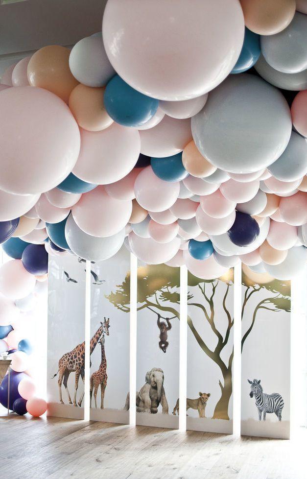 Deixe os convidados boquiabertos com o teto coberto de balões.