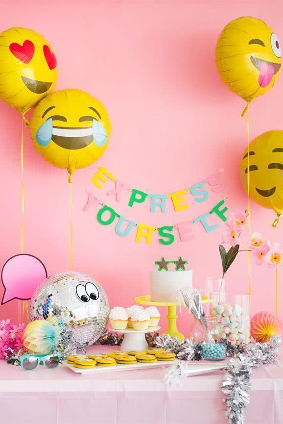 Balões de emoji para dar um clima virtual e divertidíssimo!