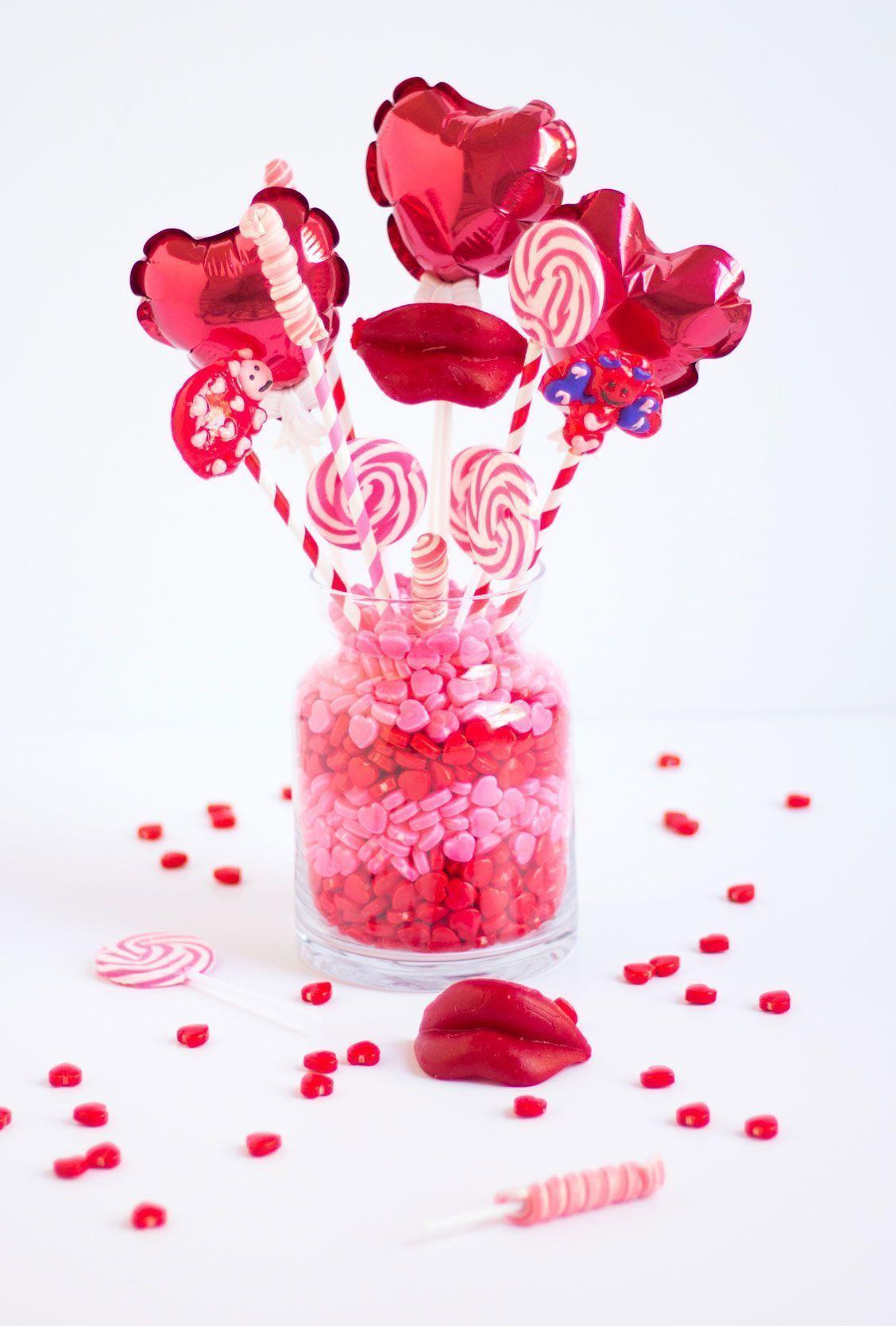 Substitua os arranjos de flores por um centro de mesa com balões e pirulitos