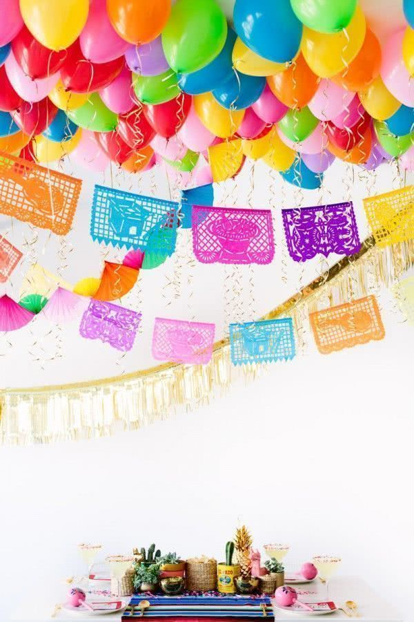 Uma grande festa com bexigas, cortinas e bandeirolas!