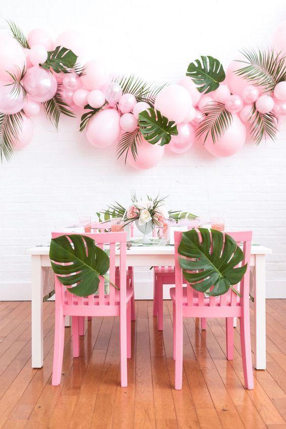 Clima tropical: folhas naturais mesclam perfeitamente com balões rosas.