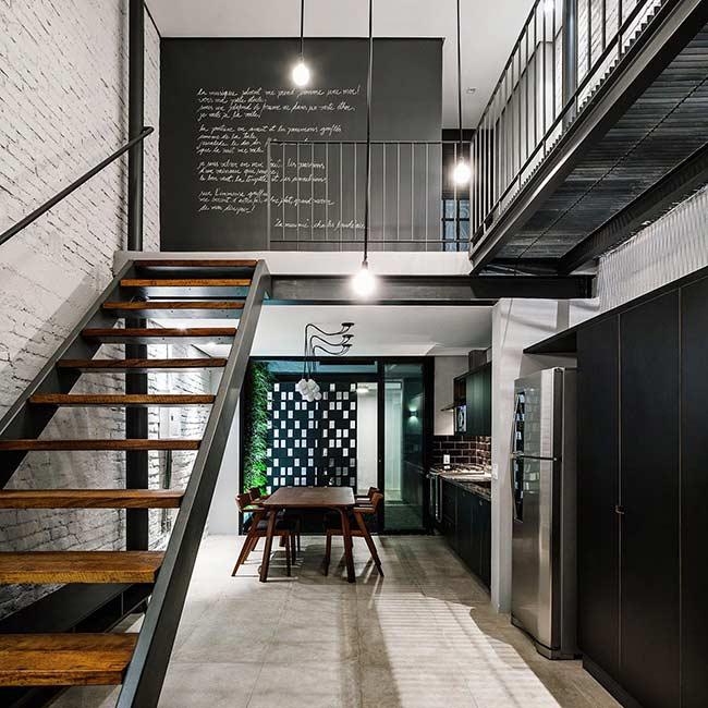 Interior da casa com escada e circulação.