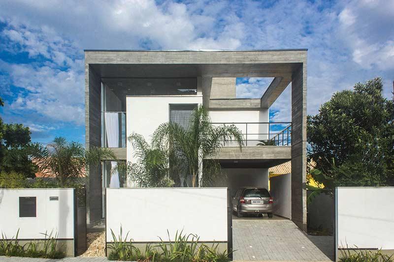 Planta de casa com fachada em concreto.