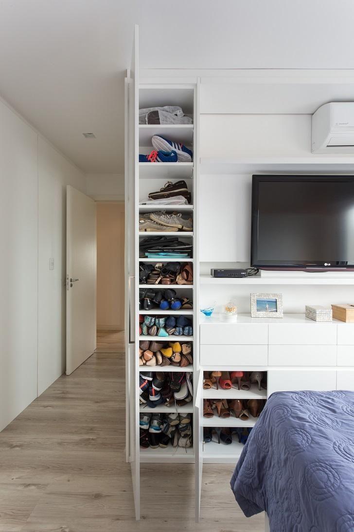 Utilize um canto bem pequeno do armário para apoiar os sapatos.
