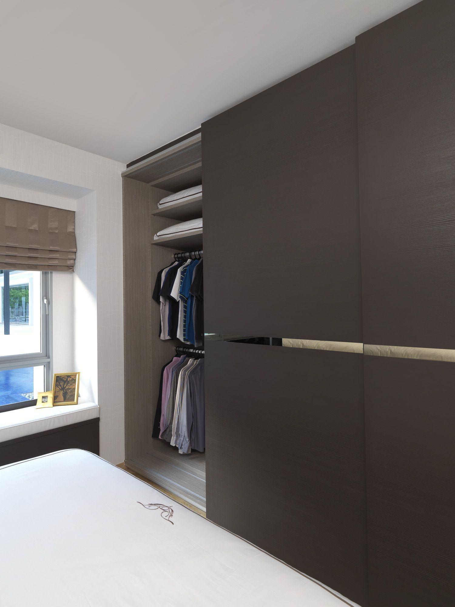 Guarda-roupa embutido com porta marrom