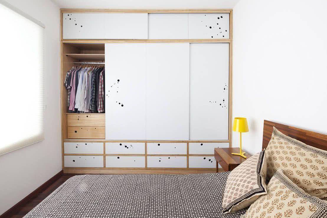 Guarda-roupa embutido de madeira no quarto de casal