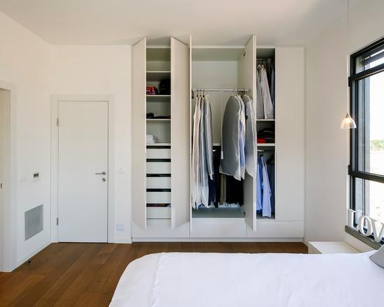 Guarda-roupa embutido com porta de abrir