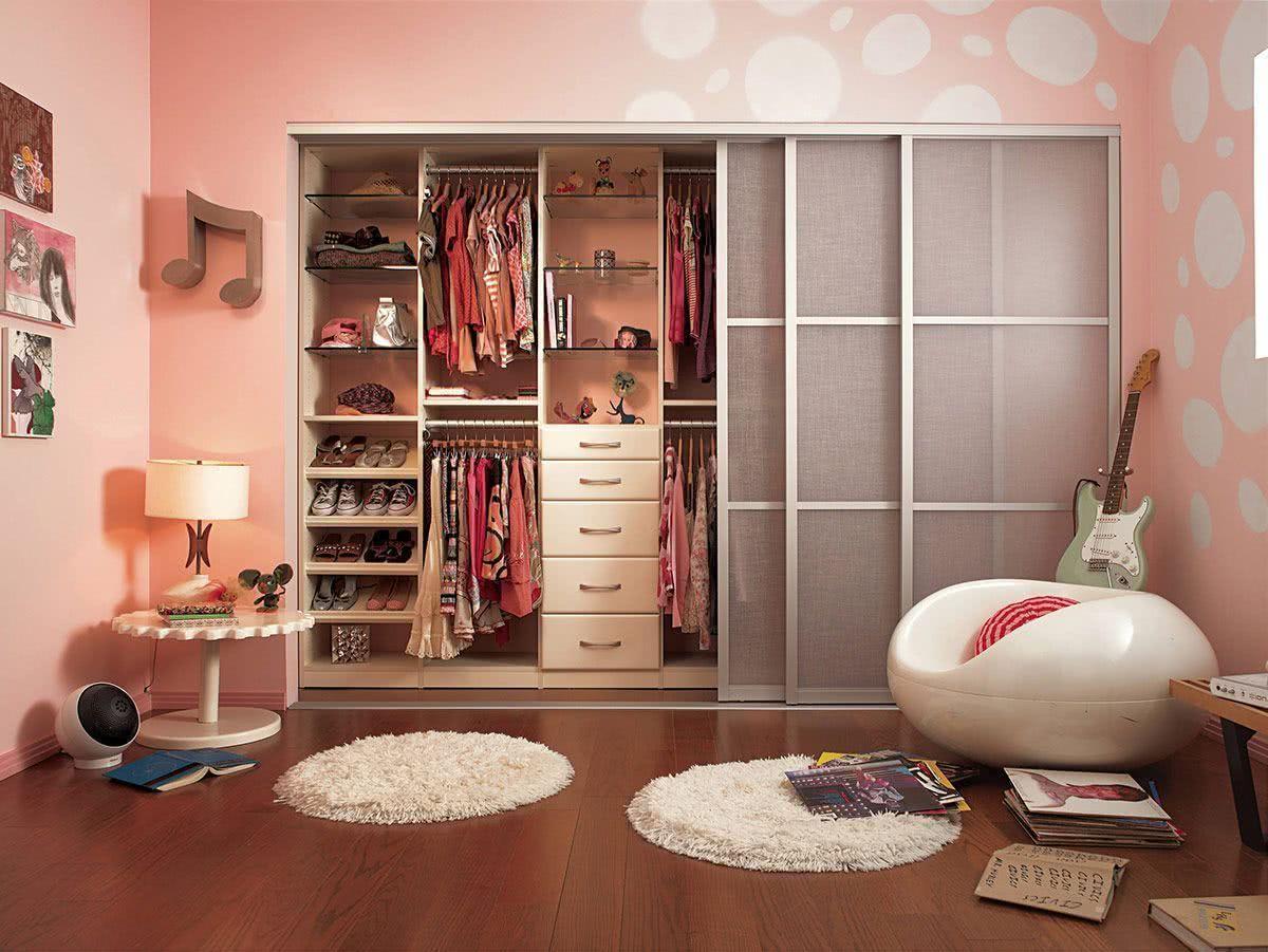 As portas com vidro fosco são uma opção para deixar o visual leve e clean no quarto