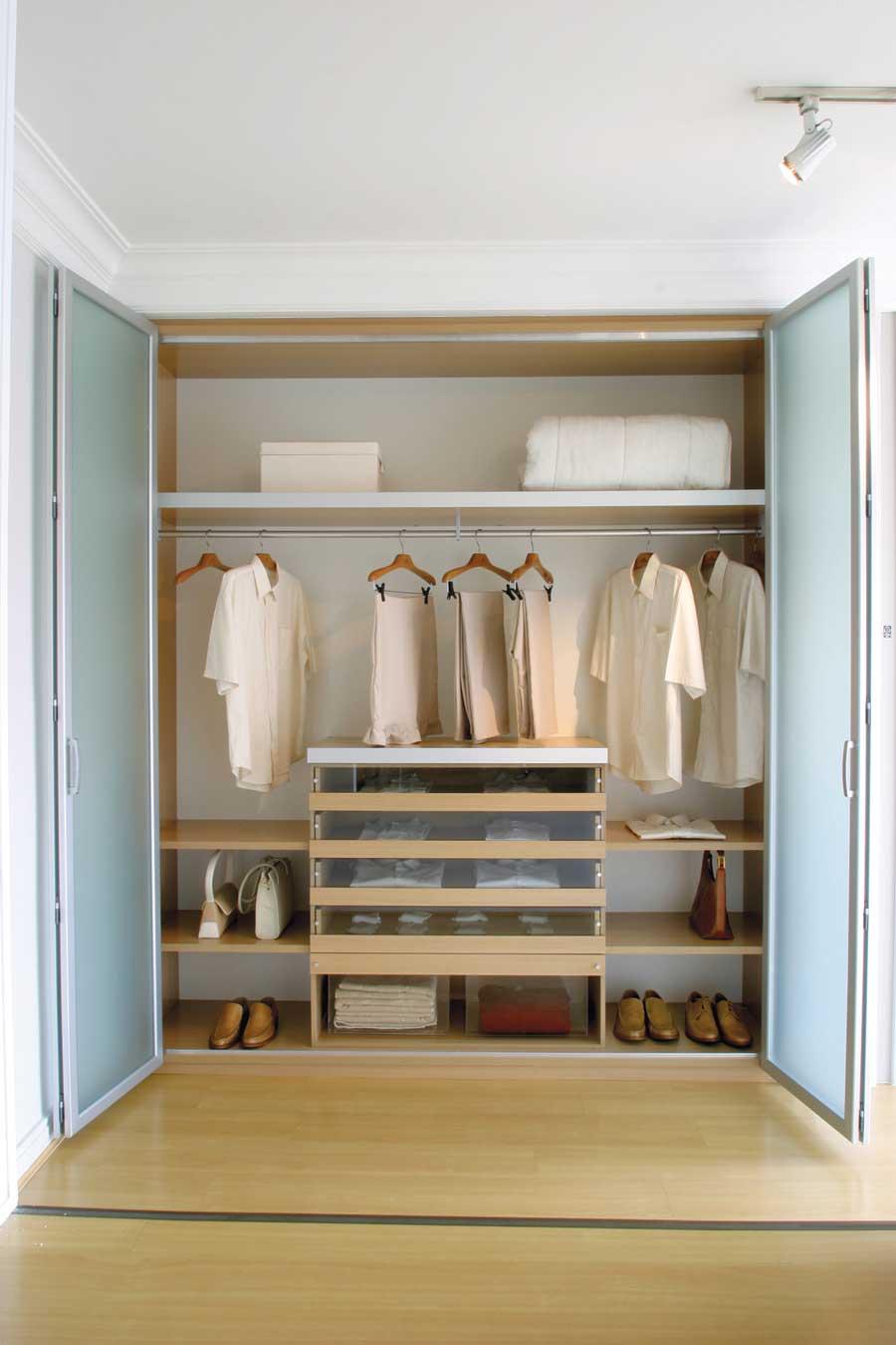O sistema das portas sanfonadas é ótimo para a visualização total do guarda-roupa