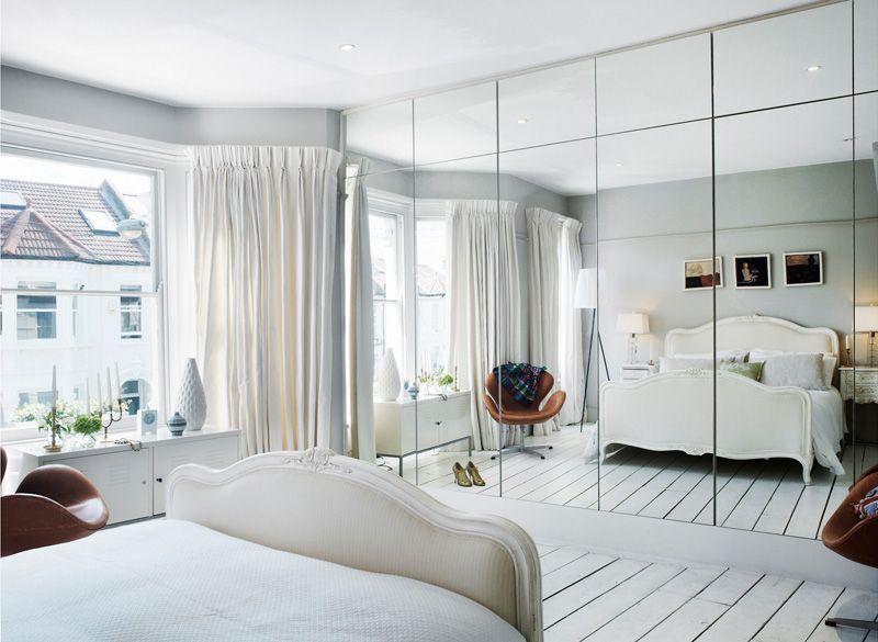 As portas espelhadas formam um painel elegante para o quarto