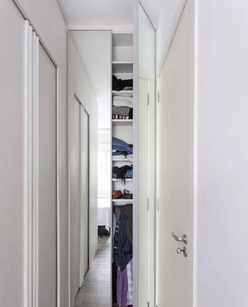Olha que bacana esse fundo de corredor com o armário embutido