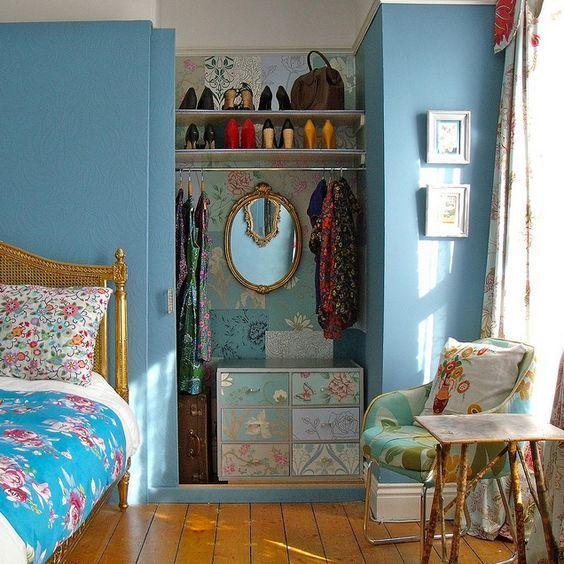 Esse guarda-roupa embutido aberto realça a beleza do quarto