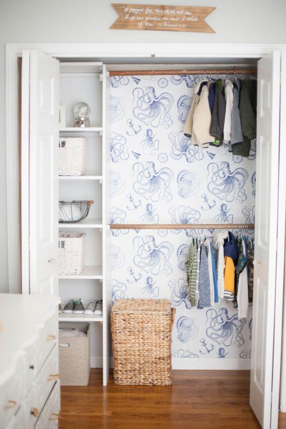 Forre o fundo do armário com papel de parede