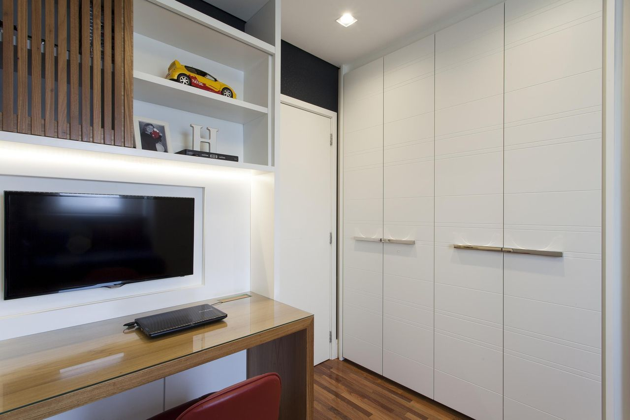 Com o armário embutido você pode utilizar o espaço até a extensão da porta.