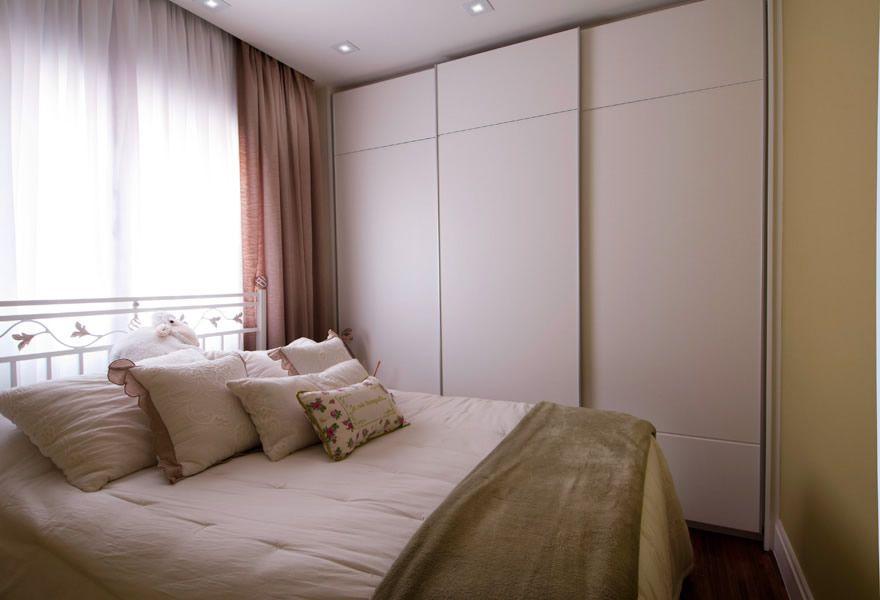 Para quartos pequenos, o armário embutido é uma ótima saída para economizar espaço