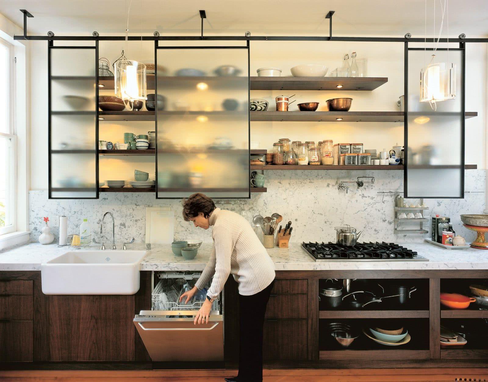 Dê um outro visual no armário da cozinha com a porta de correr