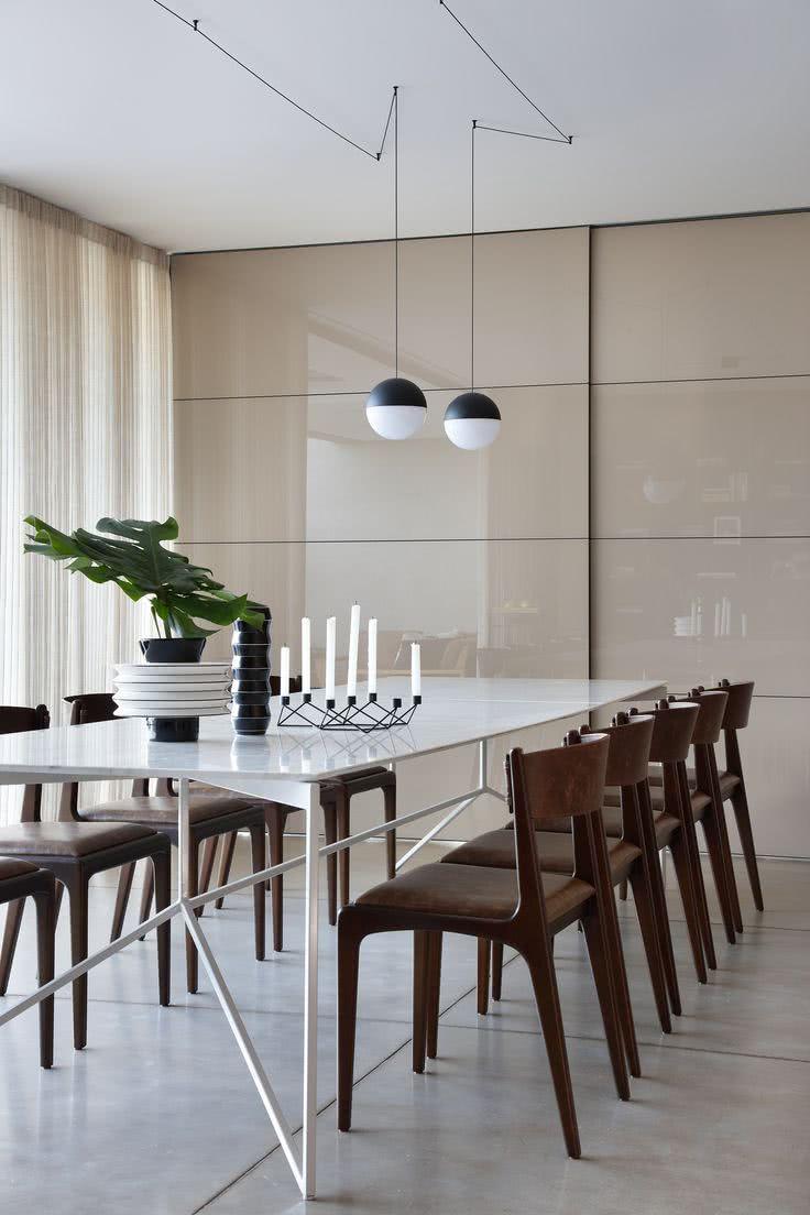 Sala de jantar com porta de correr laqueada