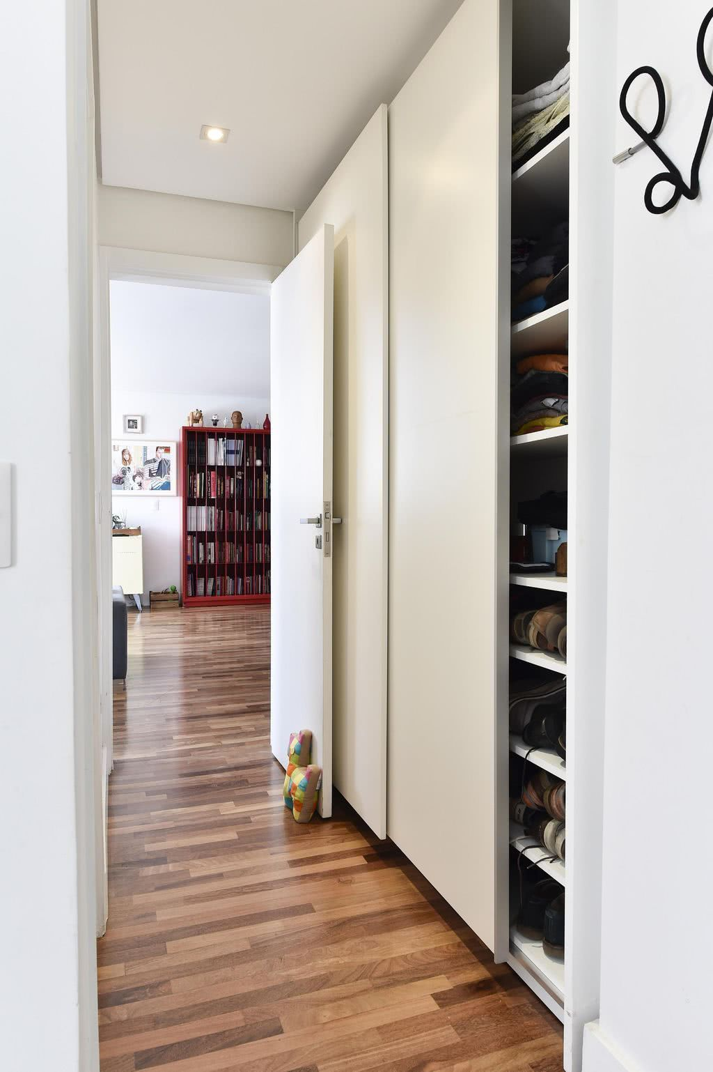 Deixe seu corredor funcional com a porta de correr nos armários
