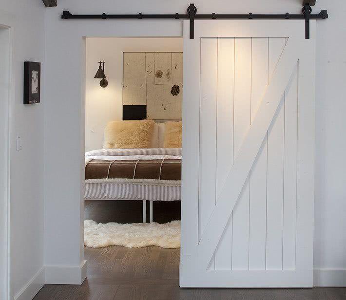 Porta de correr de madeira no quarto