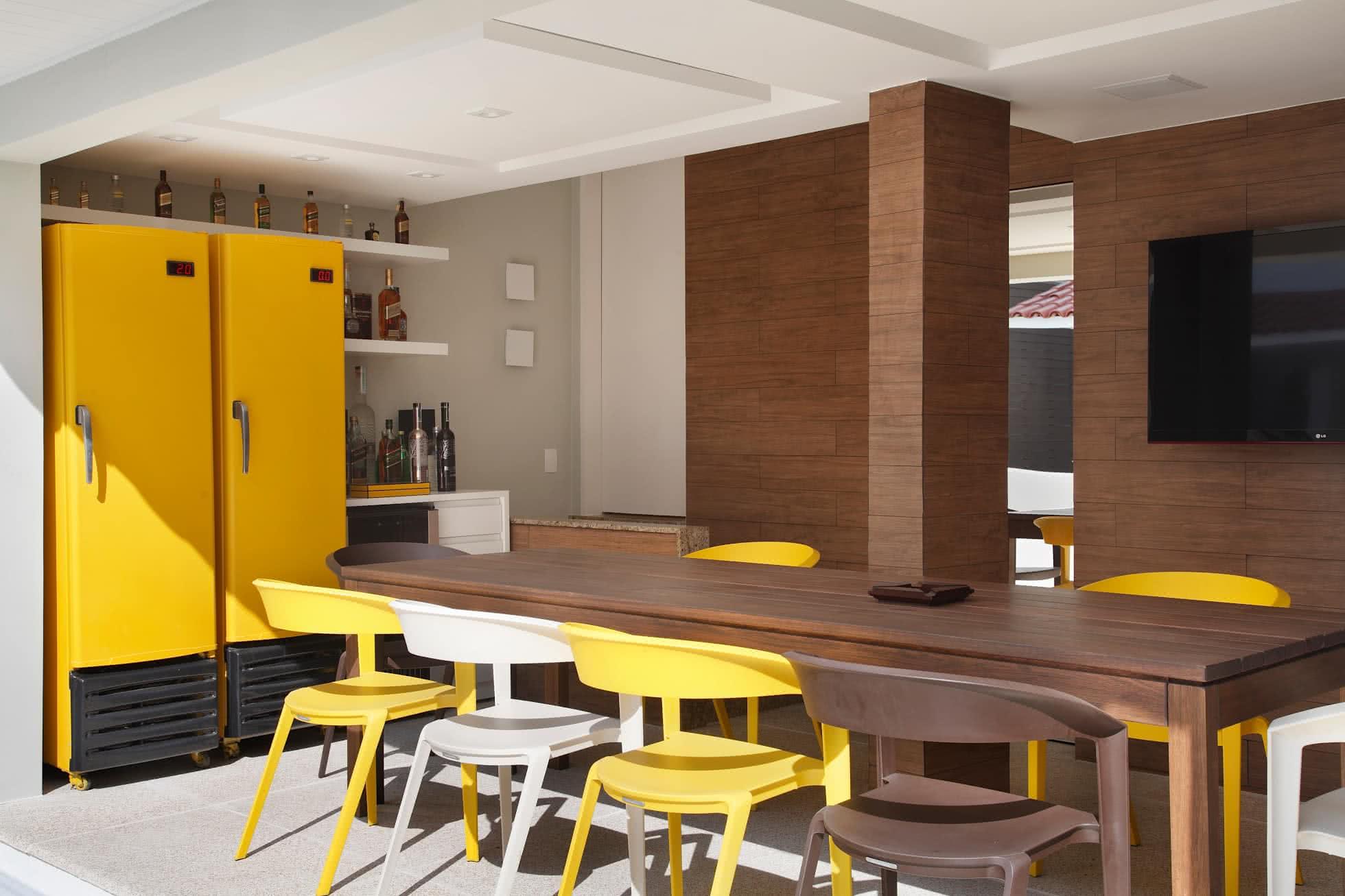 Área externa com mini bar e refrigeradores
