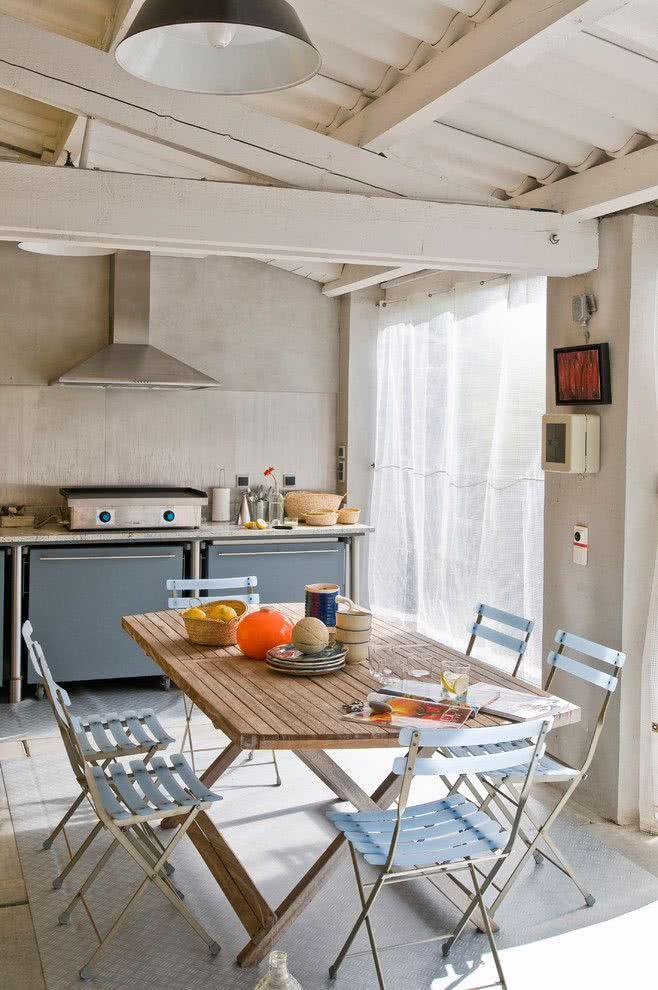 Área externa com mesa e grill